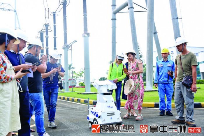 玉林电网首台电力巡检机器人上岗