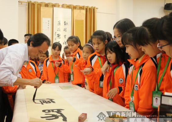 港口区文明实践志愿服务队送书法进校园