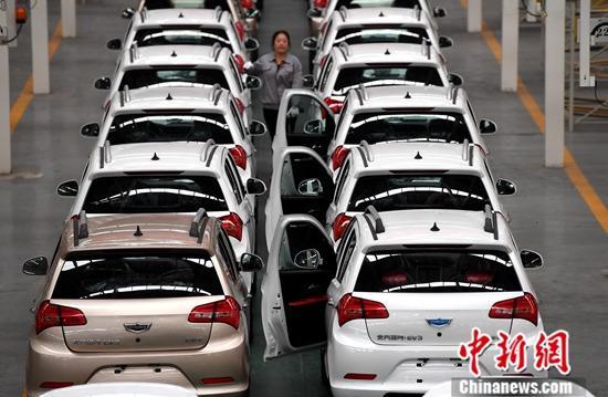 10月18日,中国国家统计局发布数据显示,初步核算,前三季度中国国内生产总值697798亿元人民币,按可比价格计算,同比增长6.2%。分季度看,一季度增长6.4%,二季度增长6.2%,三季度增长6.0%。官方表示,国民经济运行总体平稳,结构调整稳步推进。资料图为福建省永安市,工作人员在中科动力(福建)新能源汽车有限公司生产线上工作。中新社记者 张斌 摄